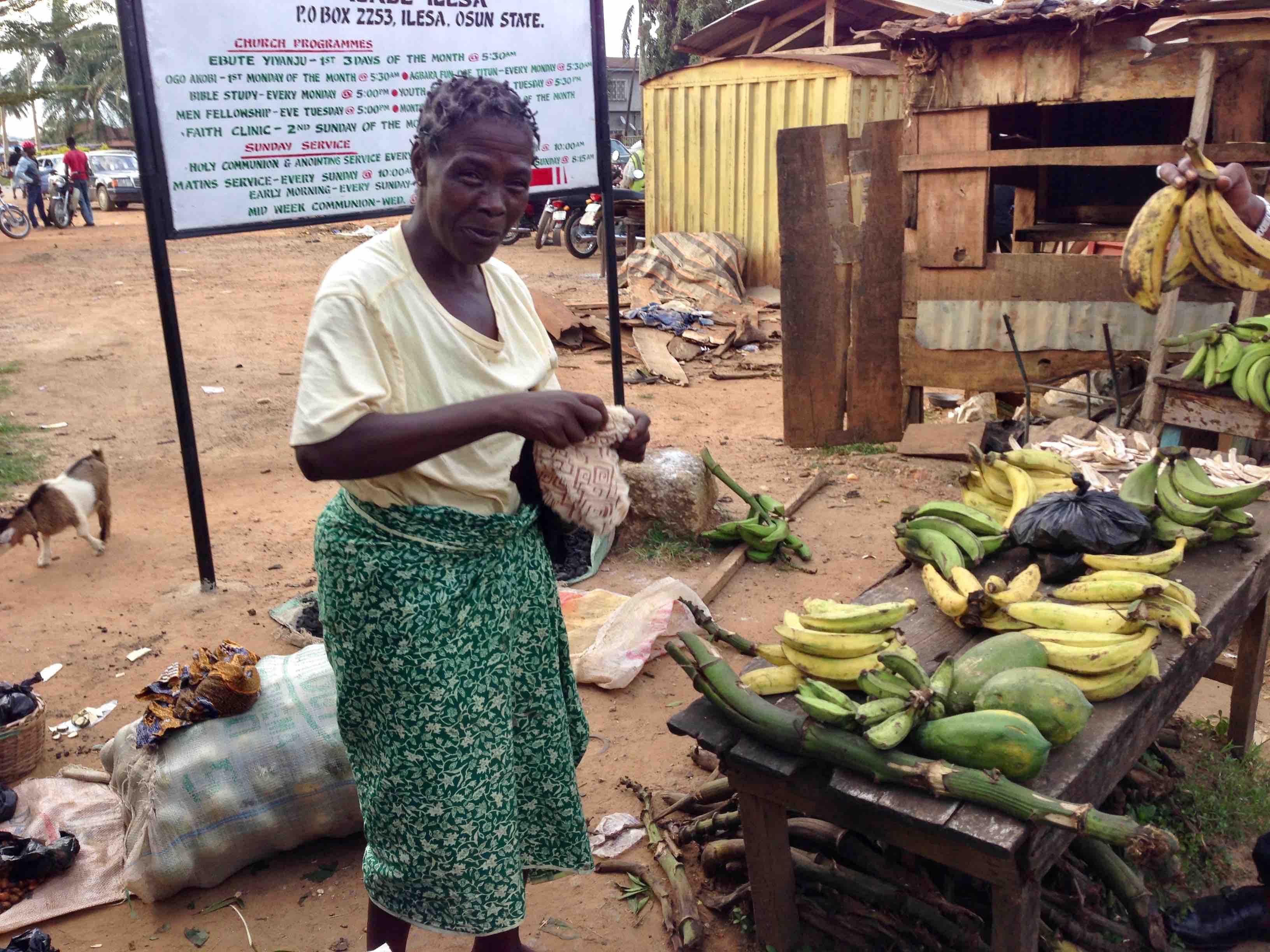 Ijesha woman selling plantains and pawpaw, Ilesa - Oshogbo Road, Oke Omiru, Ilesa, Osun State, Nigeria. #JujuFilms
