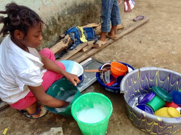 Onarhoda, Igede girl, doing dishes in Ushafa Village, FCT, Abuja, Nigeria. #JujuFilms